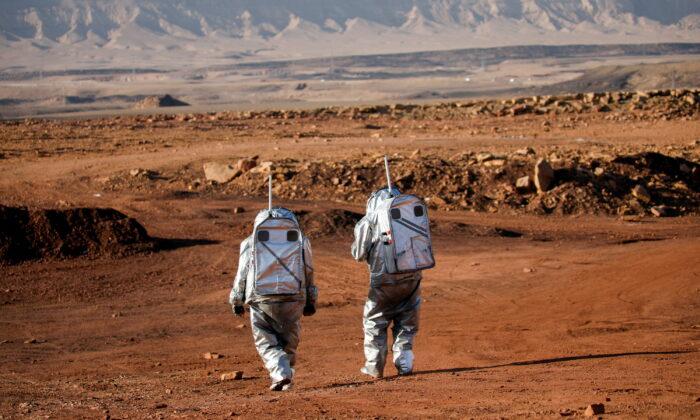 Космонавты в пустыне
