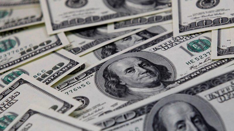 Стодолларовые банкноты США, фото сделано в Сеуле 7 февраля 2011 г. (Lee Jae-won / Reuters) | Epoch Times Россия