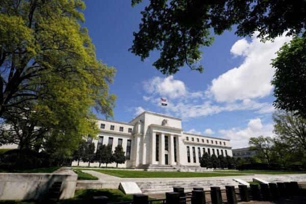 Здание Федеральной резервной системы в Вашингтоне 1 мая 2020 г. (Kevin Lamarque/Reuters)