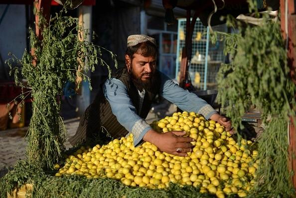 Продавец лимонов вожидании покупателей вКандагаре, 30сентября 2021г. Фото: JAVED TANVEER/AFP via Getty Images | Epoch Times Россия