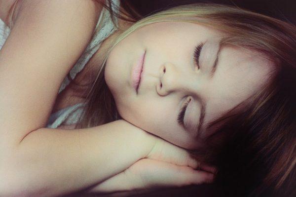 Городским жителям нелегко заснуть в 22:00, но можно постараться ложиться раньше. (Изображение: PezibearviaPixabay)