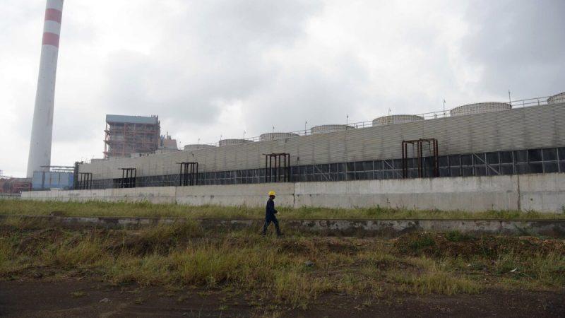 Рабочий проходит мимо угольной теплоэлектростанции, принадлежащей Essar Power в Салае, Индия, 4 октября 2016 г. (Sam Panthaky / AFP via Getty Images)    Epoch Times Россия