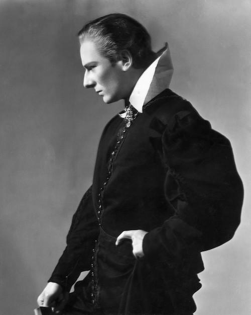Британский актёр Джон Гилгуд (1904-2000) позирует вкостюме, предназначенном для исполнения главной роли впьесе Уильяма Шекспира «Гамлет», 1936 год (Изображение:HultonArchive / GettyImages)