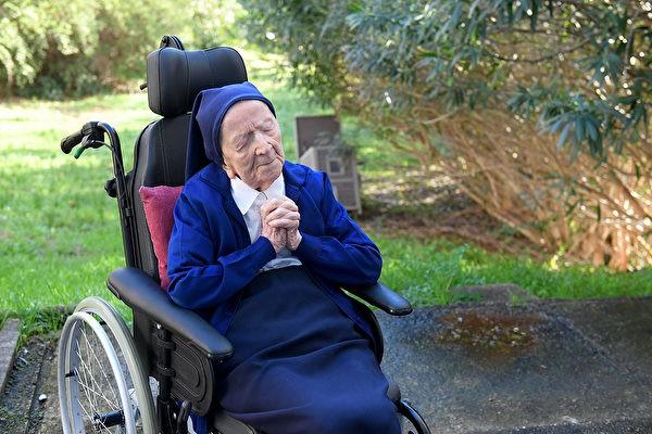 117-летняя монахиня Андре — вторая по возрасту долгожительница во Франции, победила коронавирус. (NICOLAS TUCAT/AFP via Getty Images)  | Epoch Times Россия