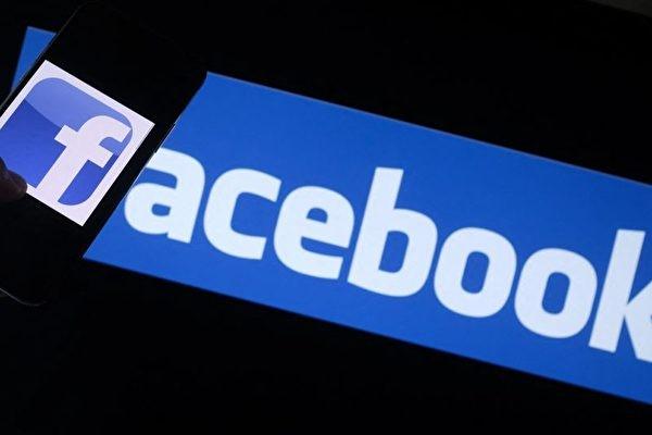 Логотип Facebook на смартфоне перед экраном компьютера в Лос-Анджелесе, США, 12 августа 2021 года. (CHRIS DELMAS/AFP via Getty Images)   Epoch Times Россия