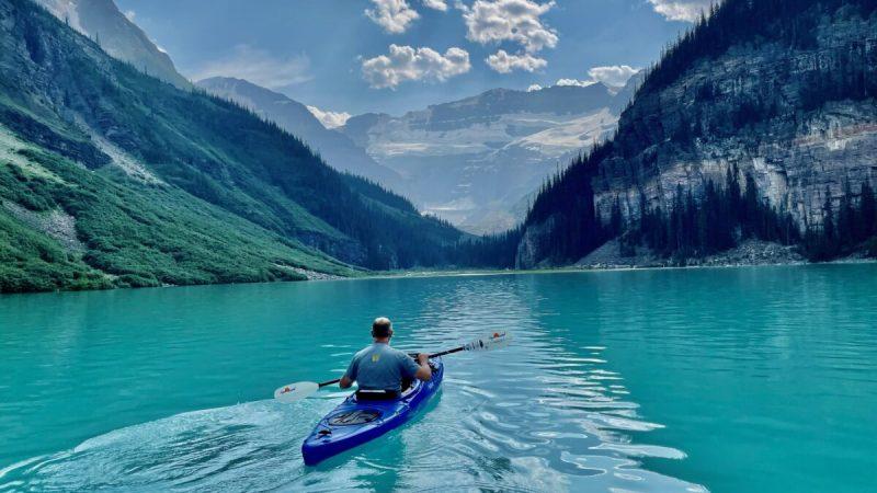 Каякингпо красивой ледяной воде. (Tami Ellis)    Epoch Times Россия