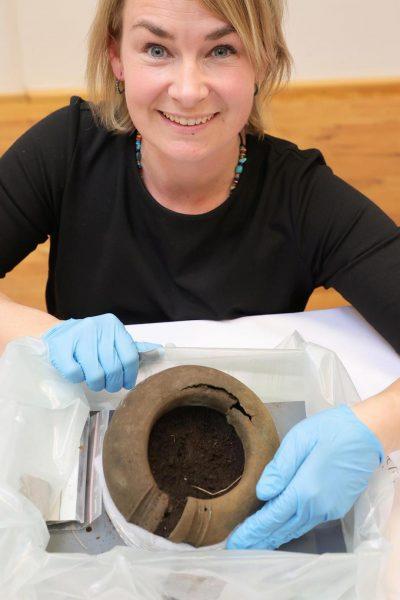 Реставратор Мадлен Скогберг: «Все найденные артефакты практически не пострадали». (Изображение: County Administrative Board of Västra Götaland)