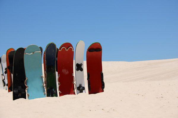 Когда братья продавали свои сэндборды на пляже, они поняли, что в долгу перед учителем за достигнутый успех. (Изображение: LuisCarlosTorresviaDreamstime)