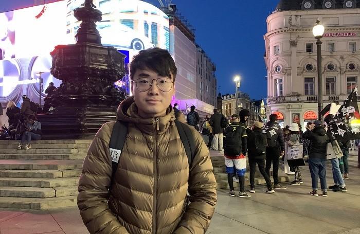 Саймон Ченг в интервью во время «Дня сопротивления КПК» в Лондоне 1 октября 2021 г. (Jenna/The Epoch Times)