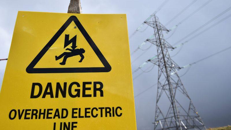 Знак опасности перед опорой электричества в Аргайле, Шотландия, 30 марта 2016 г. (Изображение: Jeff J Mitchell/Getty Images)   Epoch Times Россия