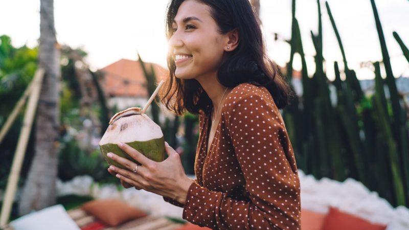 Одним из лучших напитков для пополнения электролитов в организме человека является кокосовая вода, которая содержит пять из шести необходимых минеральных соединений (Изображение: GaudiLab / Shutterstock) | Epoch Times Россия