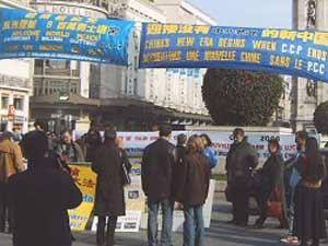 2006 03 27 paris 1 - Фоторепортаж: В Париже прошла акция в поддержку 9 000 000 человек, вышедших из КПК. Протест против происходящего в Суцзятунь