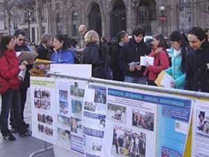 2006 03 27 paris 3 - Фоторепортаж: В Париже прошла акция в поддержку 9 000 000 человек, вышедших из КПК. Протест против происходящего в Суцзятунь