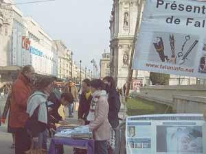 2006 03 27 paris 4 - Фоторепортаж: В Париже прошла акция в поддержку 9 000 000 человек, вышедших из КПК. Протест против происходящего в Суцзятунь