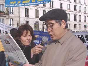 2006 03 27 paris 5 - Фоторепортаж: В Париже прошла акция в поддержку 9 000 000 человек, вышедших из КПК. Протест против происходящего в Суцзятунь