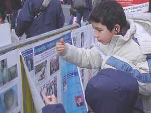 2006 03 27 paris 6 - Фоторепортаж: В Париже прошла акция в поддержку 9 000 000 человек, вышедших из КПК. Протест против происходящего в Суцзятунь