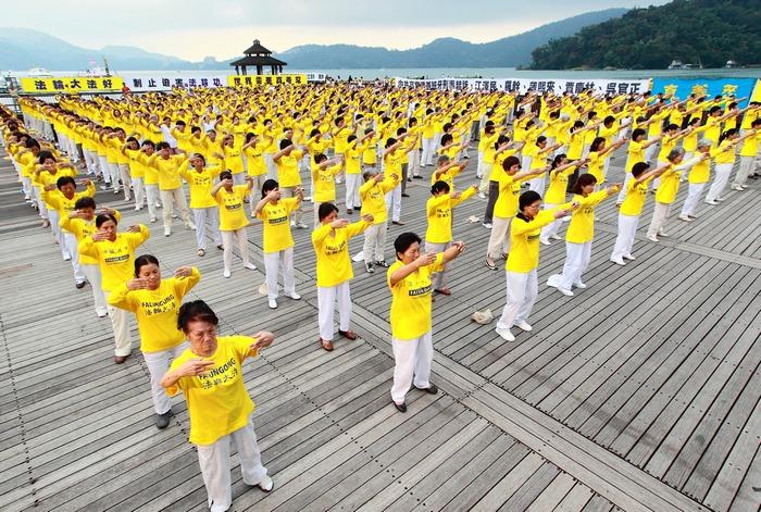 Последователи Фалуньгун выполняют упражнения своей практики. Тайвань. Фото: minghui.org