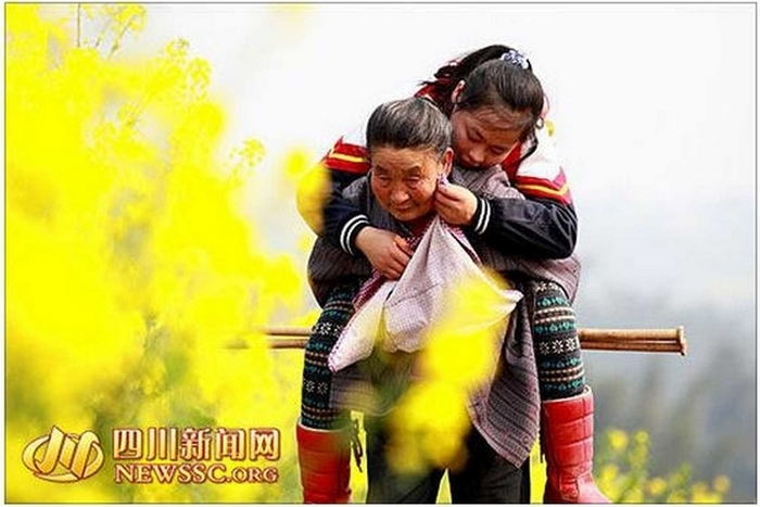 В Китае бабушка прошла 8 тысяч километров с внучкой на спине