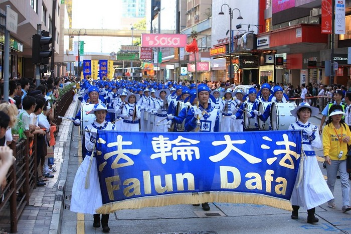Шествие сторонников Фалуньгун, призывающих остановить репрессии их единомышленников в континентальном Китае. Гонконг. Фото с zhengjian.org
