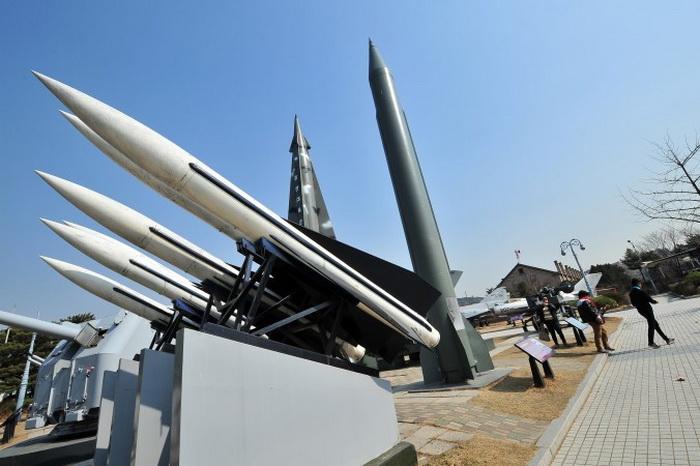 Модели северокорейских ракет Р-11 (справа) и южнокорейских HAWK (справа) в корейском военном мемориале в Сеуле. Северная Корея с конца февраля запустила несколько ракет малого радиуса, и одна из них могла попасть в китайский пассажирский самолёт, который пролетел через её траекторию 7 минут спустя. Фото: Jung Yeon-Je/AFP/Getty Images