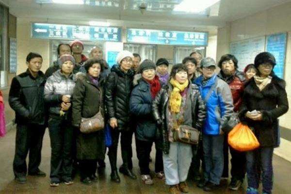 Активисты собрались в больнице Пекина, куда 16 февраля в критическом состоянии поступила Цао Шуньли. В тюрьме ей отказывали в медицинской помощи до тех пор, пока она не оказалась в коме. 18 марта на заседании Совета ООН по правам человека эксперты обвинили китайские власти в смерти правозащитницы. Фото: Sound of Hope Radio