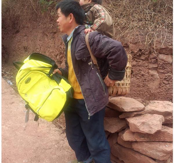 Китаец ежедневно носит сына-инвалида в школу, проходя 14 км