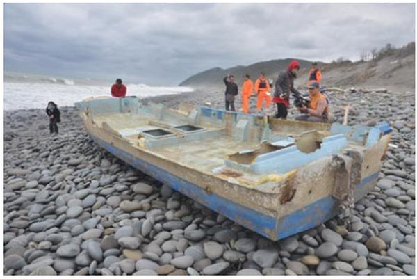 На тайваньский пляж выбросило японскую лодку через 3 года после цунами