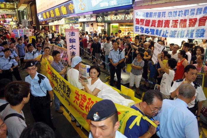 Полиция Гонконга следит за порядком выборочно
