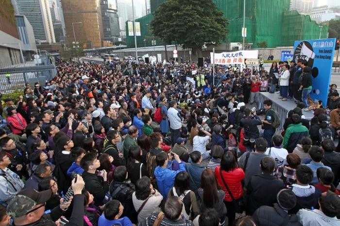 На митинге в защиту свободы прессы в Гонконге участвовали 6000 человек