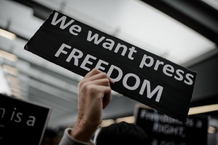 Сотрудников гонконгского СМИ избили металлическими прутьями