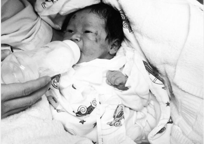 В Китае ребёнок родился во время аварии после смерти его матери