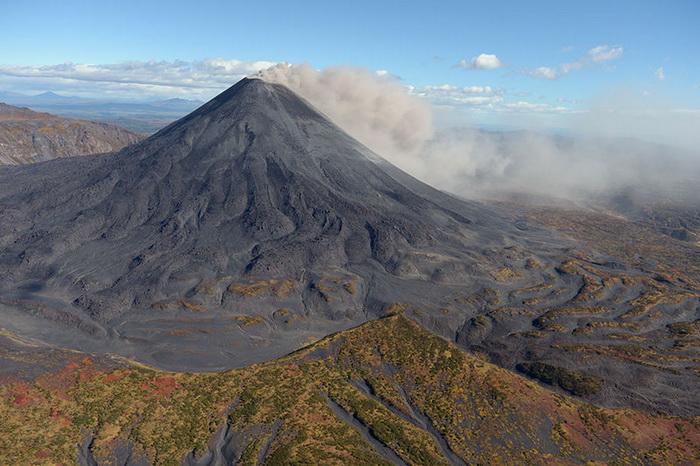 Вулкан Карымский активизировался, ему присвоен оранжевый код авиаопасности