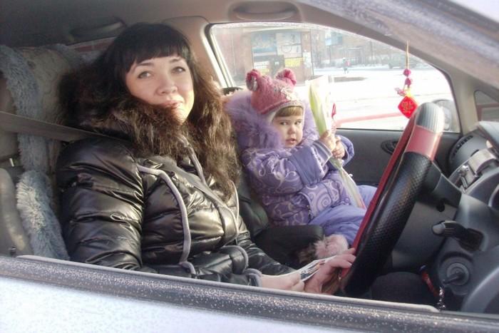 В Хакасии инспекторы ГИБДД подарили автолюбительницам цветы