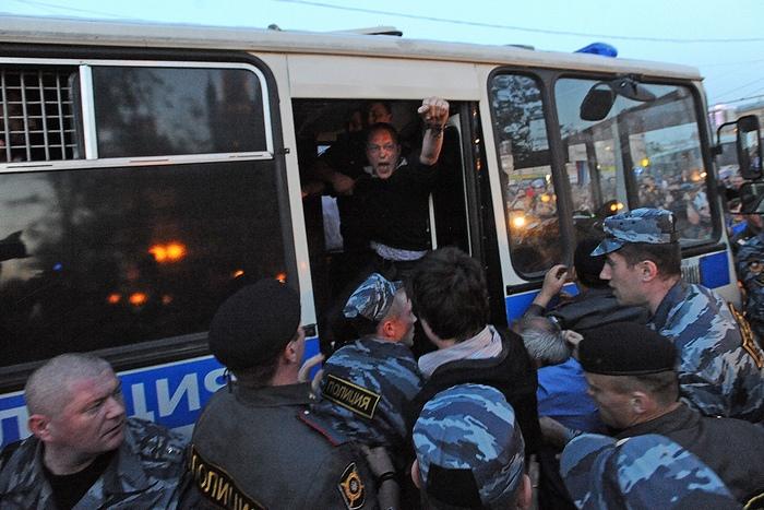 Число задержанных у здания Минобороны возросло до 39 человек