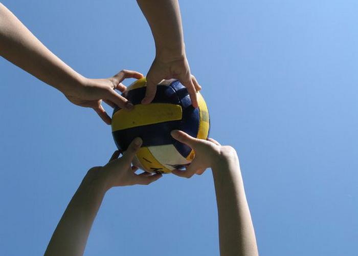 В Моздоке полицейские играют с трудными подростками в волейбол