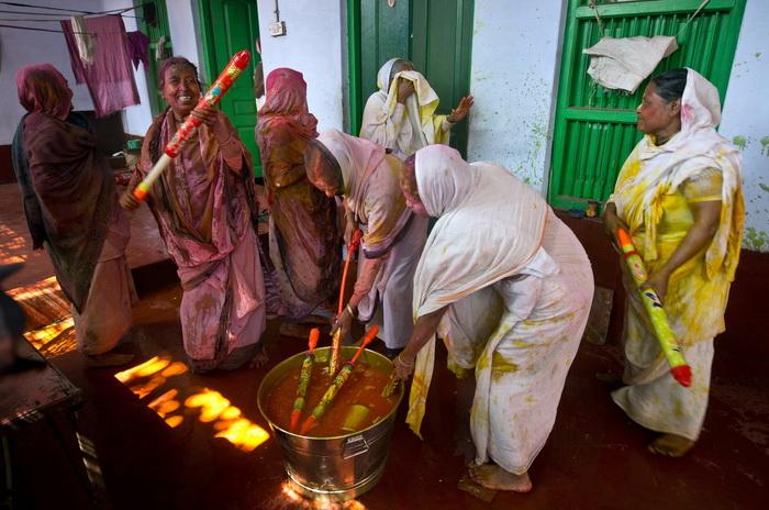 Индийские вдовы, вопреки запрету, вышли на Фестиваль красок