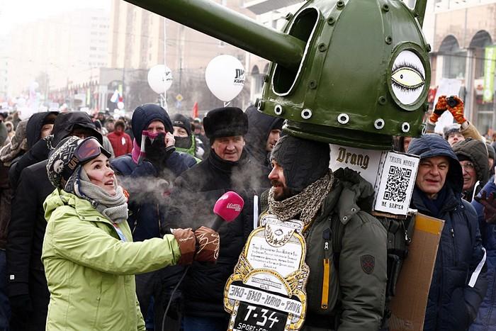 Наталья Синдеева берёт интервью у участника акции против избрания Владимира Путина  президентом, 4 февраля, 2012 год. Фото: Vyacheslav Novozhilov/flickr.com