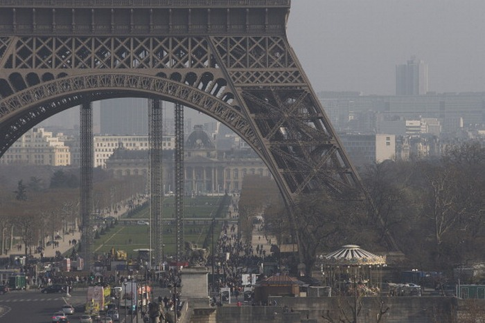 Основание Эйфелевой башни в Париже, окутанное смогом, 11 марта, 2014 год. Фото: JOEL SAGET/AFP/Getty Images