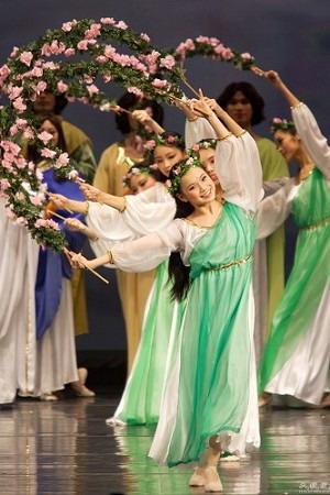 Лян Шихуа в роли божественной девы с венцом в танце