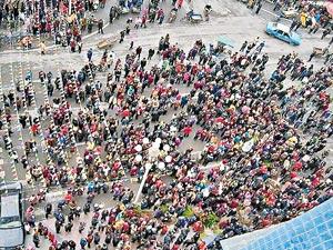 Трое чиновников изнасиловали и жестоко убили 16-ти летнюю девушку, работавшую в ресторане Лайшидэ в деревне Дачжу провинции Сычуань, что вызвало многотысячную акцию протеста, на подавление которой местные власти послали отряды вооруженной милиции. Фото:  secretchina.com («Взгляд на Китай»)