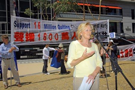 Митинг. Выступает олимпийская медалистка Яна Бейка. Фото: Chen Ming/Epoch Times