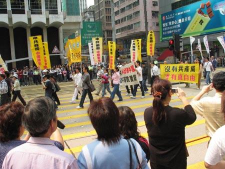 Надписи на плакатах выражают недовольство КПК. Фото: Жуйфэнь Лян/Великая Эпоха