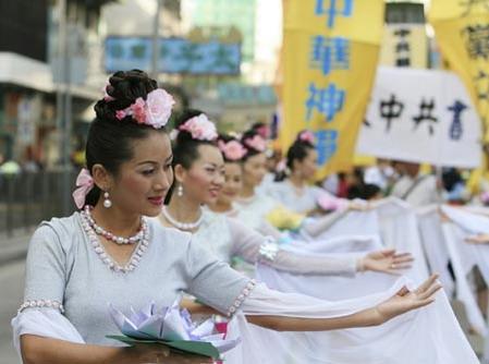 В шествии участвуют девушки, которые танцуют танец «Лотоса». Фото: Великая Эпоха