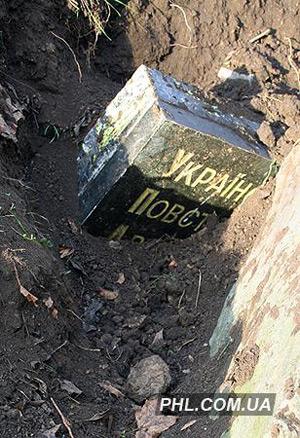 Памятный знак УПА в Молодежном парке Харькова был демонтирован неизвестными ночью 20 декабря. Фото: phl.com.ua