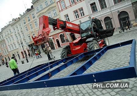 Установка зимнего катка на площади Рынок во Львове. Фото: http://phl.com.ua