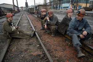 Шахтеры курят во время забастовки на шахте Щегловская. Фото: AFP