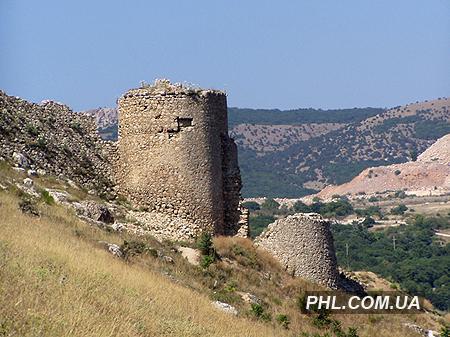 На фото показана развалина древнего укрепления на фоне красивой местности Крыма. Фото: http://phl.com.ua