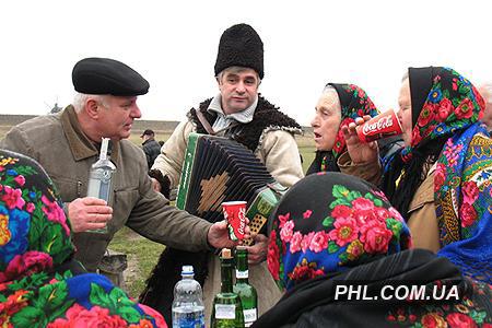 Мужчины и женщины, одетые в украинские национальные костюмы, празднуют один из самых больших христианских праздников Рождество Христово в Музее народной архитектуры и быта в Пирогово 7 января 2007 г. Фото: http://phl.com.ua