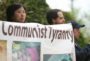 Протестующие держат плакаты напротив российского посольства, выступая против второй депортации последователей Фалуньгун, имевших статус беженцев ООН в Китай.  Фото: Мэтью Хильбранд/Великая Эпоха