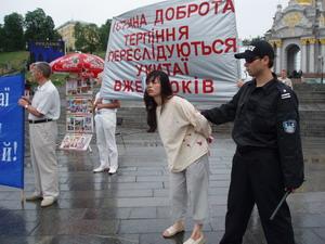 На площади участники парада продемонстрировали инсценировку избиения китайским полицейским молодой девушки-практикующей Фалуньгун. Фото; Наталья Карпенко/Великая Эпоха